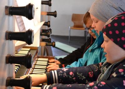 Orgelentdeckertag mit Pastorin Elsa Höffker und Organist Marcus Manig in St. Pankratius Odagsen | Bild: Privat